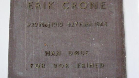 Erik Crone, mindetavle på Dronninggårdskolen
