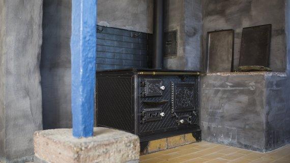 Mothsgårdens køkken med brændekomfur