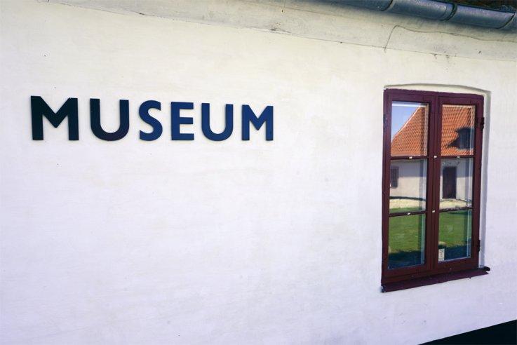 hvid væg med ordet museum