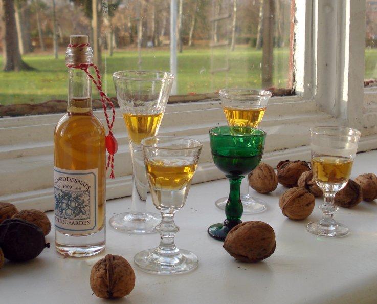 Valdnøddesnaps flasker og glas