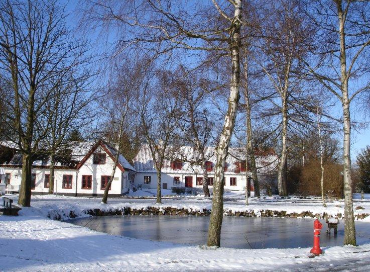 Mothsgården om vinteren med sne