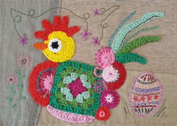 Hæklet puslespil i form af en høne i mange farver