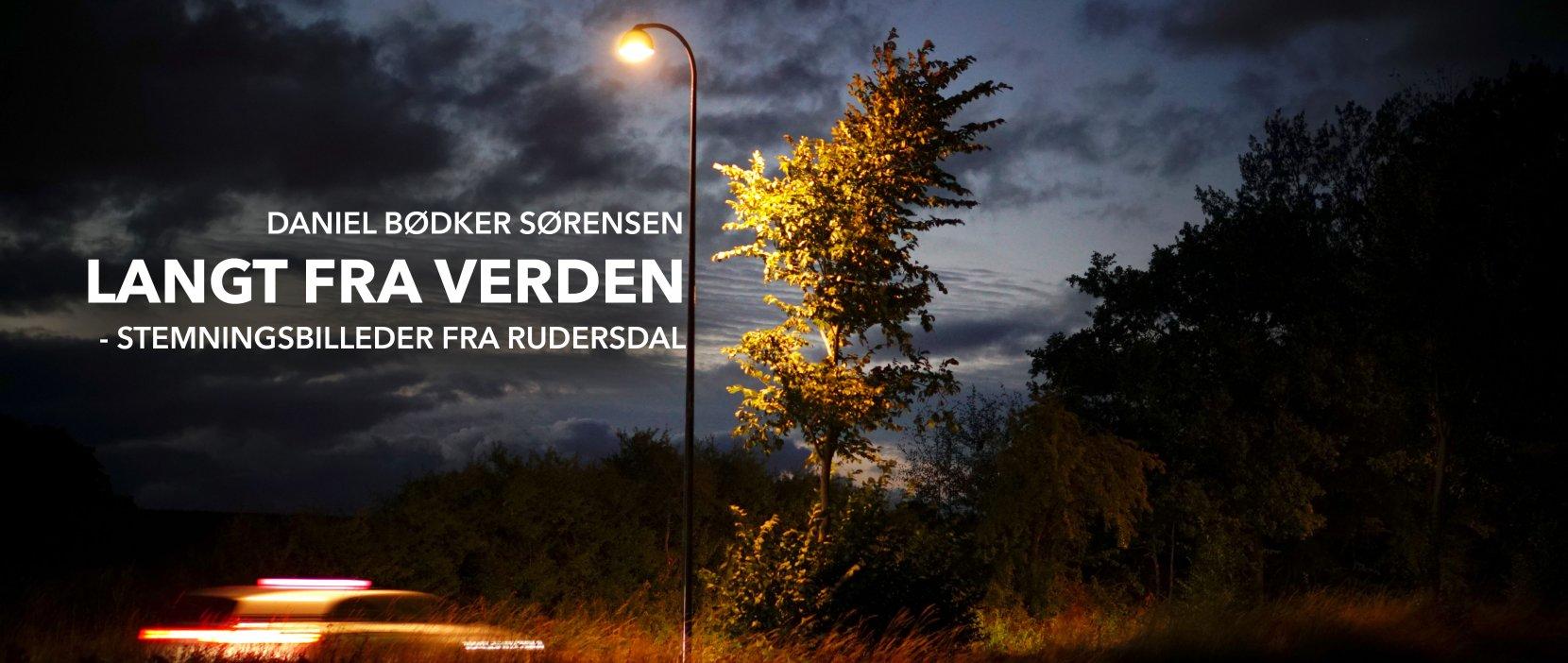 Langt fra verden plakat forestillende et træ og en lygtepæl i mørke
