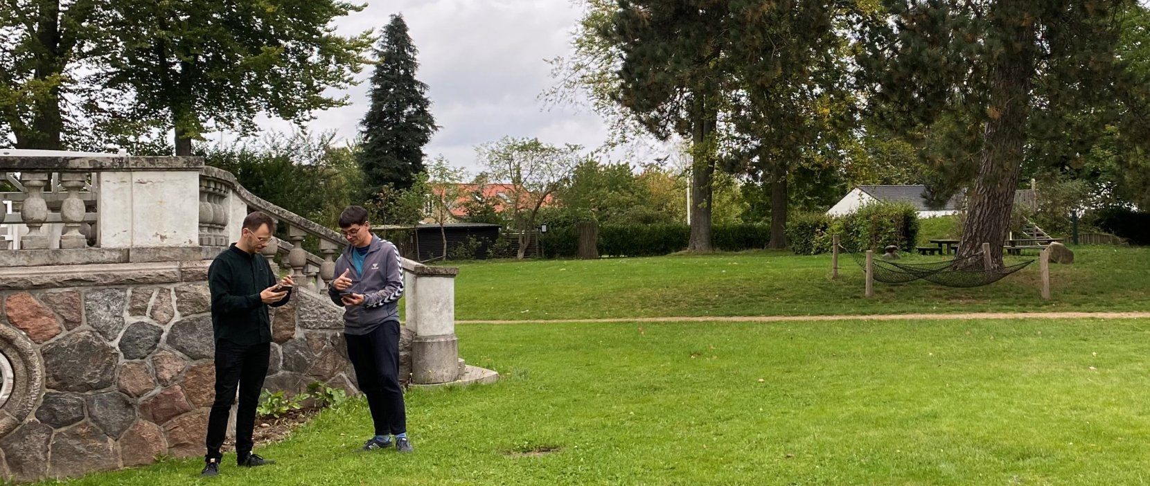 to personer bruger museets app